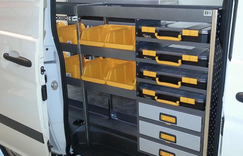 bilinredning med hyllplan, lådor och väskor
